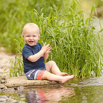 Jonas | 1 Jahr alt | Fröhliche Kinderfotos am Wasser