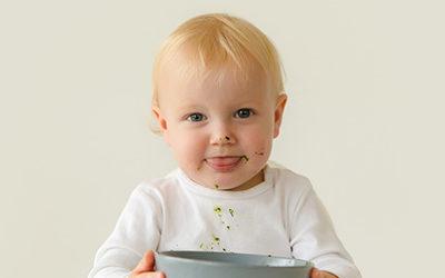 Ich kann schon alleine essen – Jonas 16 Monate – Fotoshooting im Studio – Kinderfotos in Dortmund
