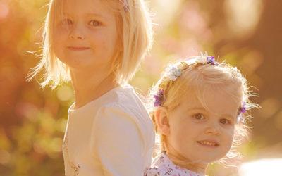 Fröhliche Geschwisterfotos Dortmund | Familienfotoshooting an der Ruhr