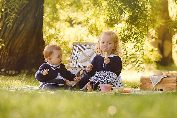 Schöne Familienfotos in der Natur – Kinderfotos draußen
