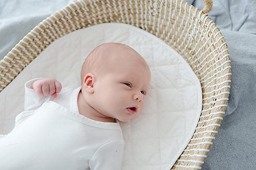authentische-Neugeborenenfotos-Dortmund-Bochum-NRW-Neuegborenenshooting-Fotostudio-Fotograf