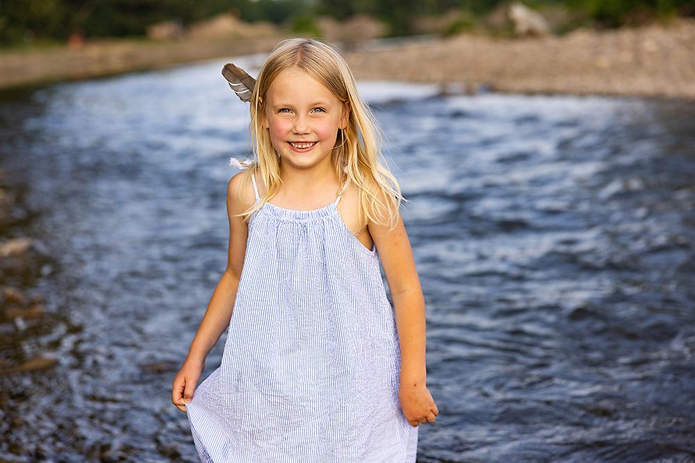 Sommer am Fluss – Familienshooting und unbeschwerte Kinderfotos am Wasser